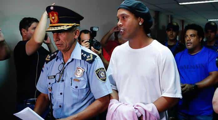 Ronaldinho acumula un mes más de reclusión en Paraguay sin que vislumbre una salida'>