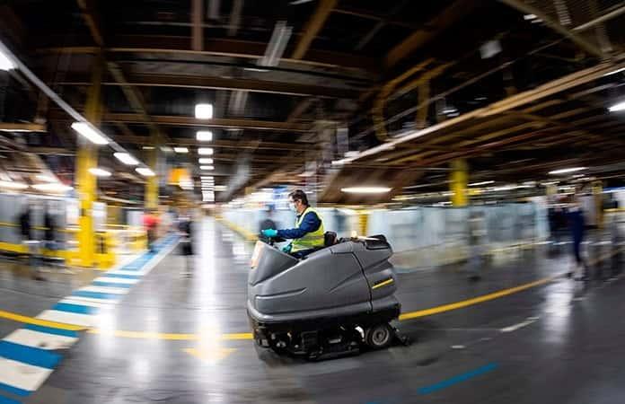 Un vehículo asperja sanitizante en la planta.