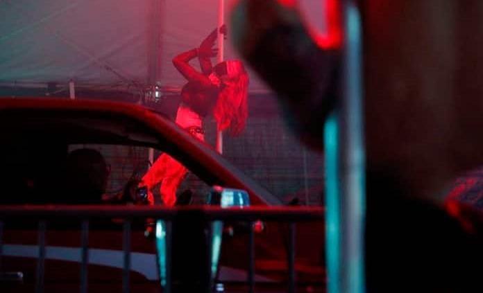 Striptease y cena para llevar sin bajar del auto (Video)