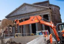 Un socavón frente al Panteón romano saca a la luz el suelo de época imperial