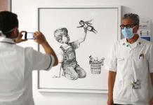 Banksy subasta su obra dedicada a los empleados sanitarios y les cederá lo recaudado