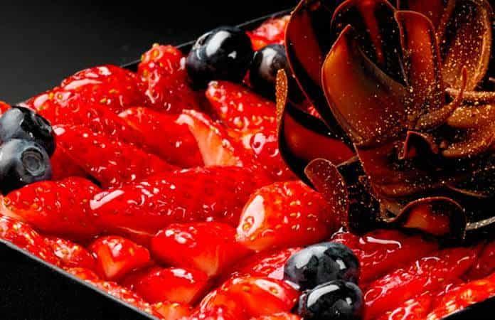 Una tarta de fresas.