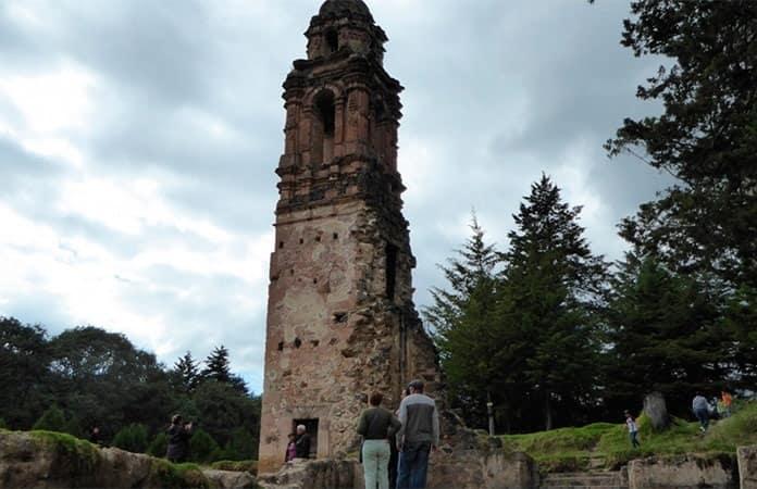 La torre del templo El Carmen, entre residuos de un deslave.