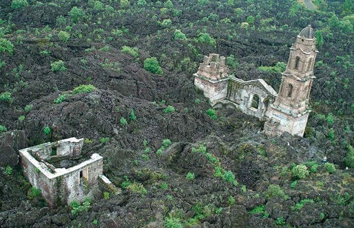 San Juan Paranguaricutiro, bajo la lava del volcán Paricutín.