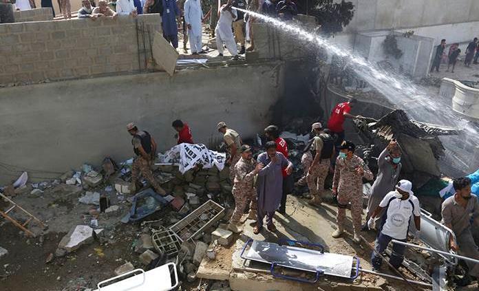 Cae avión con más de 100 pasajeros en Pakistán