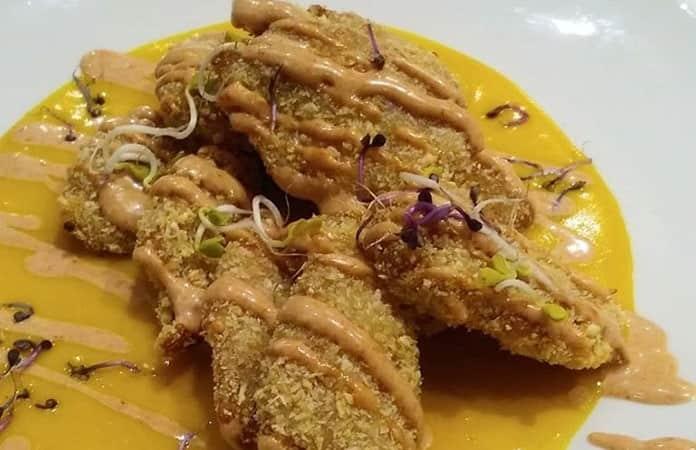 Pollo vegano marinado en salsa de calabaza y cúrcuma.