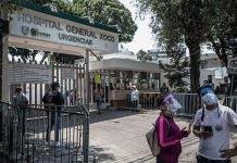 Esperan noticias entre la fe y el enojo afuera de hospital en la alcaldía Benito Juárez