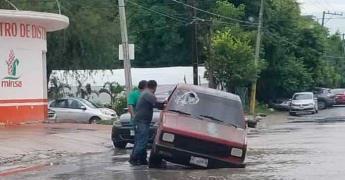 Camioneta cae a un hoyanco en la Fray Andrésde Olmos