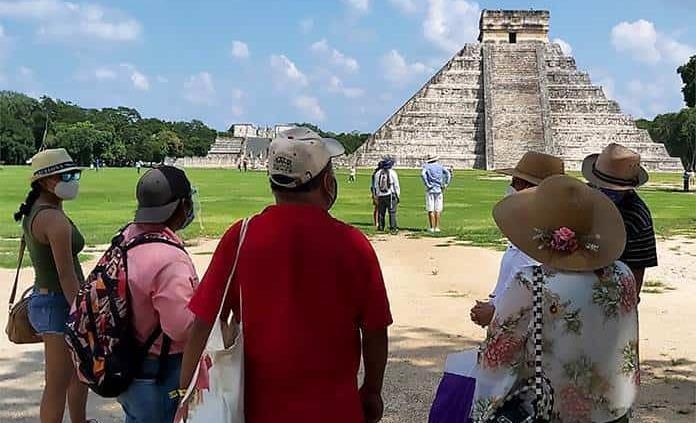 Turista se sube a castillo de Chichén Itzá; podría ser multado