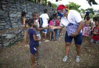 Ciclista reparte arepas para combatir el hambre en Venezuela