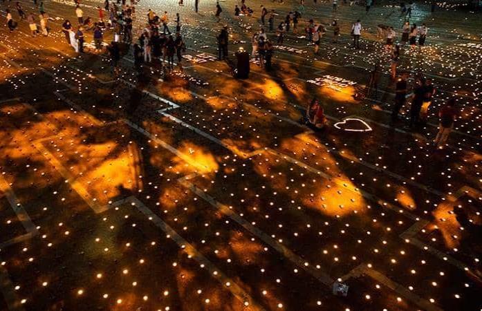 Con 25,000 velas recuerdan a Rabin en la plaza donde fue asesinado hace 25 años