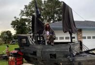 Hombre crea barco pirata con escombros de huracán en Florida