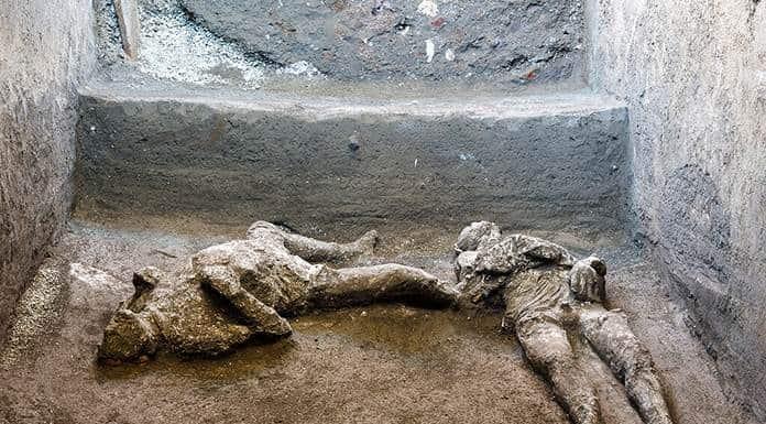 Hallan y reconstruyen en Pompeya dos cuerpos con sus ropas'>