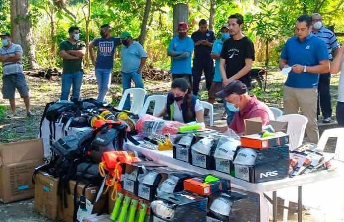 Donan equipo de rescate a lancheros de Tanchachín