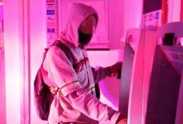 Policías retiran falso dispositivo de un cajero
