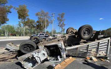 Vuelca camioneta en Rocha Cordero; dos lesionados