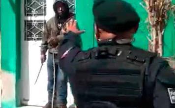 Sujeto amenaza a policías con un machete