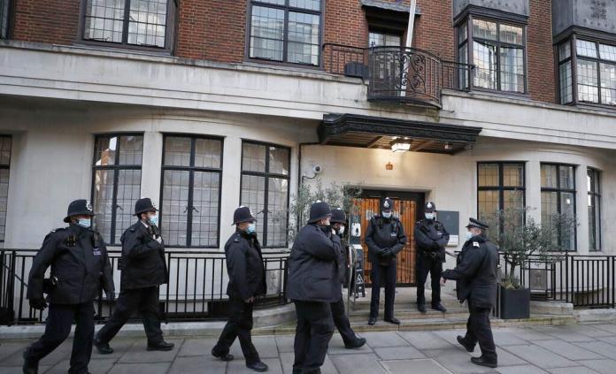 Príncipe Felipe de Gran Bretaña permanece hospitalizado para observación y reposo