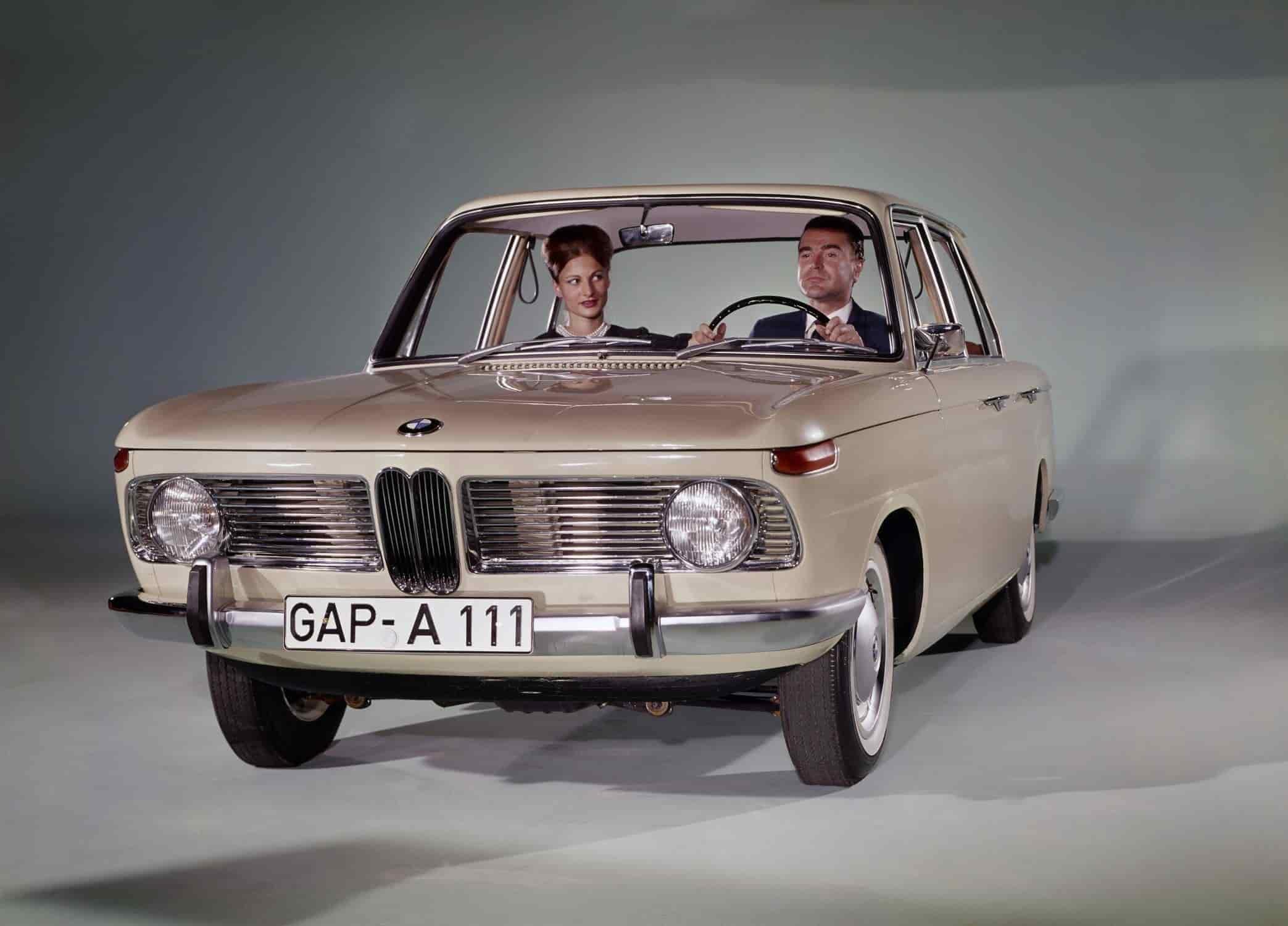 4. BMW 1500 – 1961.Los modelos de gama media marcaron un punto de inflexión a todos los efectos para BMW: técnico, comercial y en relación con el diseño típico de la marca. La parrilla doble del BMW 1500 y de los modelos BMW 1600, BMW 1800 y BMW 2000, era muy similar a la del BMW 503, pero por primera vez las dos partes aparecían unidas, más estrechas que en todos los modelos anteriores y colocadas en el medio de dos amplias parrillas horizontales. Este fue el patrón para el diseño frontal de BMW hasta inicios de los 80´s.