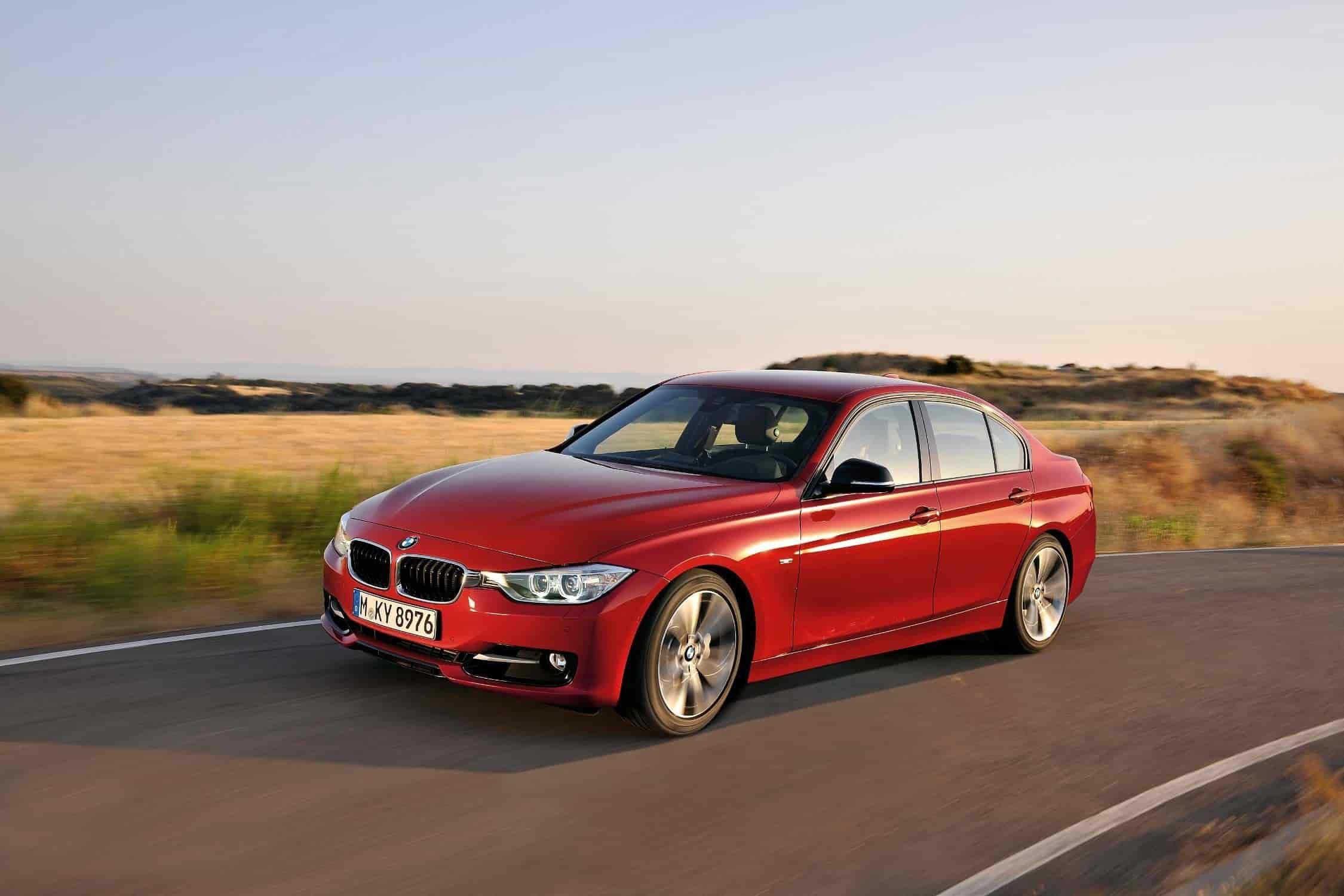 7. BMW Serie 3 (F30) - 2011.En la sexta generación del BMW Serie 3, apareció una nueva evolución: el BMW Serie 3 (F30) contaba con una parrilla doble, relativamente ancha que por primera vez estaba conectada a la zona de los faros sin estar separada por parrillas laterales ni superficies del color de la carrocería. También se encuentran diseños similares de la parrilla de BMW en el BMW Serie 7, 2015 (que también fue el primer modelo en contar con la función visible Air Flap Control), la generación actual del BMW Serie 5 (G30) y el último BMW Serie 6 (G32), ambos de 2017.