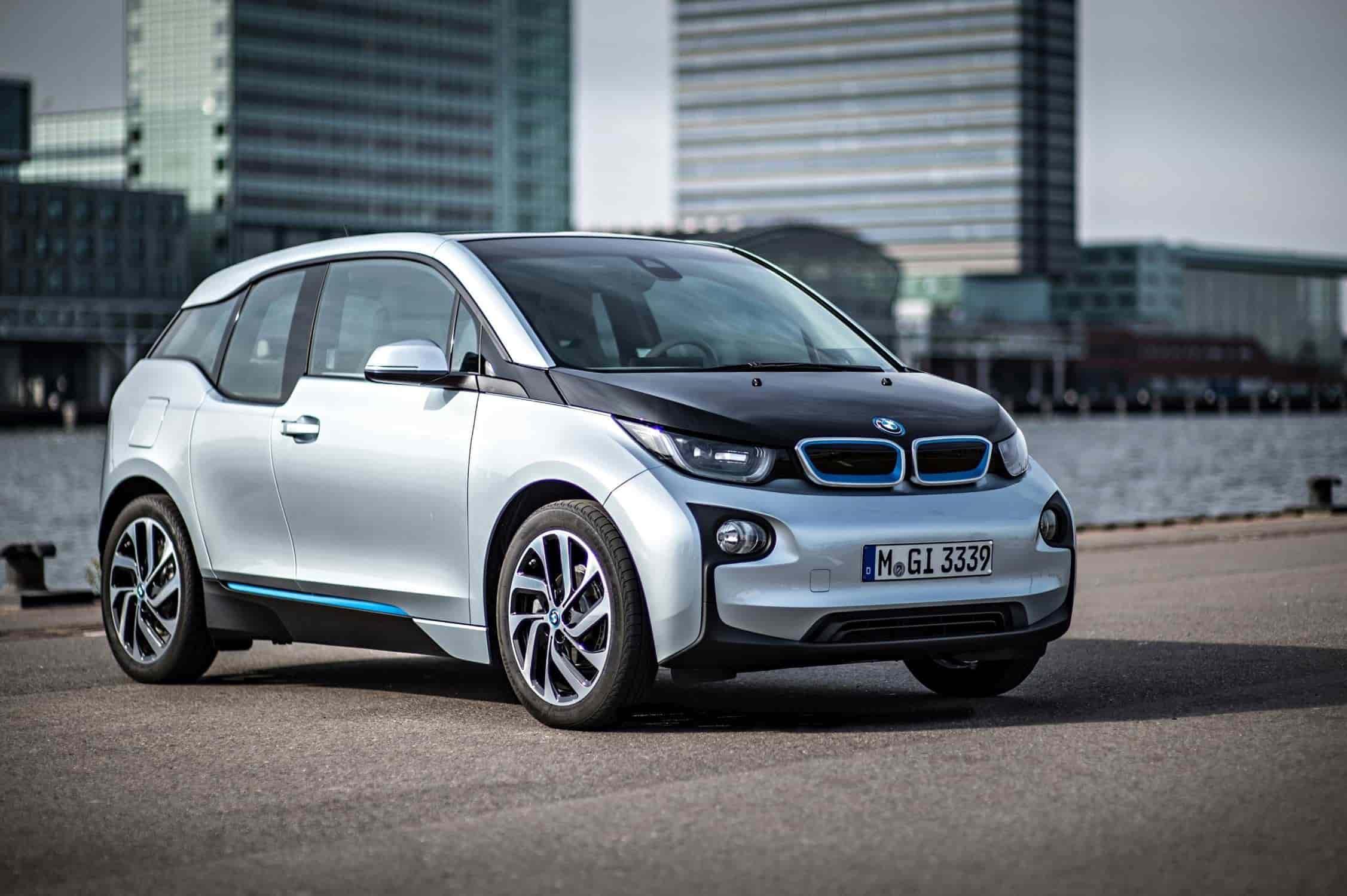 8. BMW i3 – 2013.La parrilla doble incluida en el BMW i3 contaba con un diseño plano y ancho, una superficie cerrada y acentos en azul, lo que lo identifica como un vehículo BMW eléctrico e innovador. La aerodinámica del BMW i3 se beneficia de la parrilla doble cerrada. Un diseño muy similar se encuentra en el BMW i8. Esta parrilla sería la inspiración para los próximos modelos totalmente eléctricos de la marca.