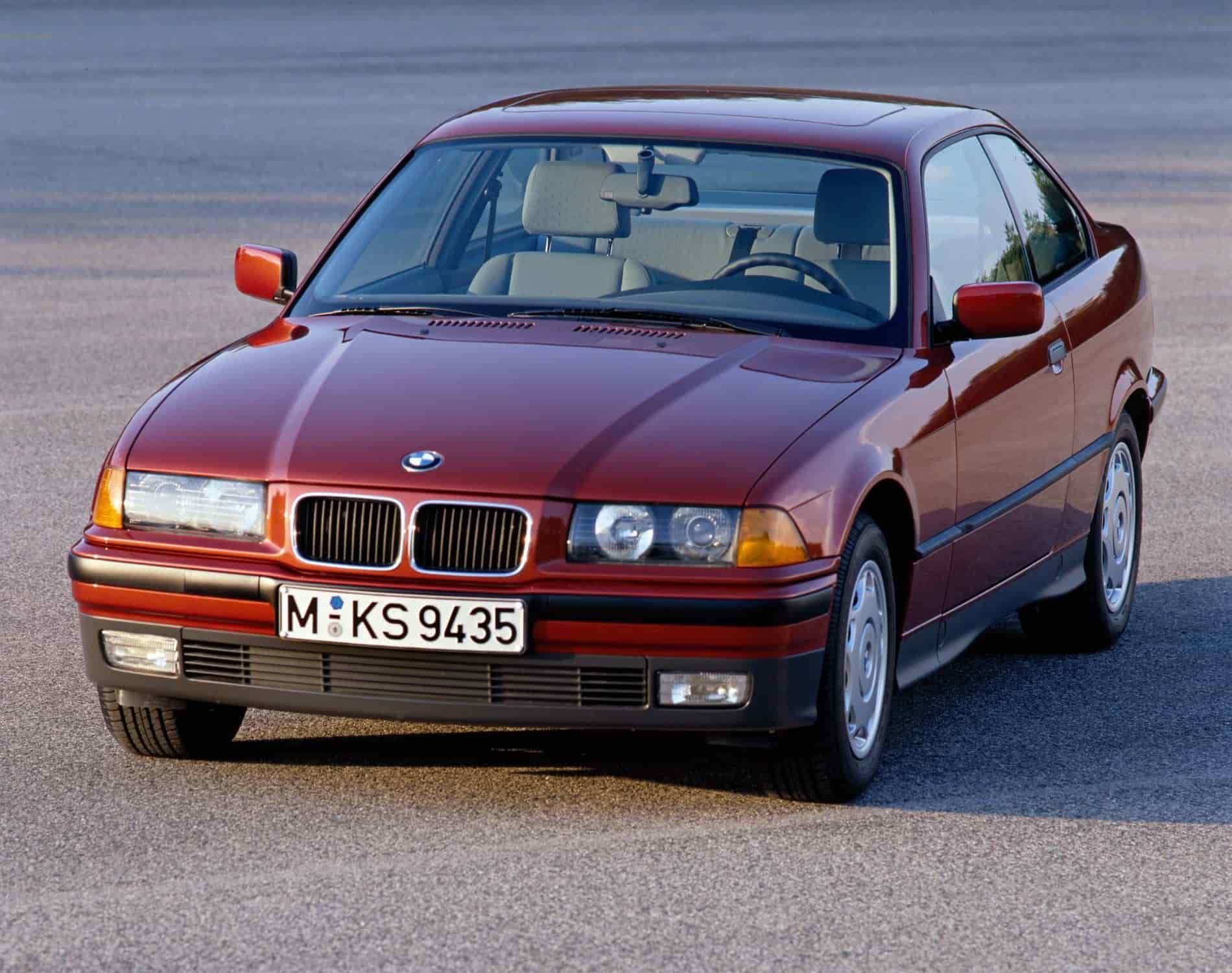 6. BMW Serie 3 (E36) - 1990.La llegada de la tercera generación del BMW Serie 3, mostraba la parrilla doble visiblemente rectangular con esquinas redondeadas, con un diseño plano, extendido en horizontal y las dos mitades del conjunto de ventilación volvieron a aparecer alejadas. Sin embargo no estaban separadas de los faros por otras parrillas, simplemente contaba con una superficie plana en el color de la carrocería. Este diseño influyó en muchos modelos de los 90´s.