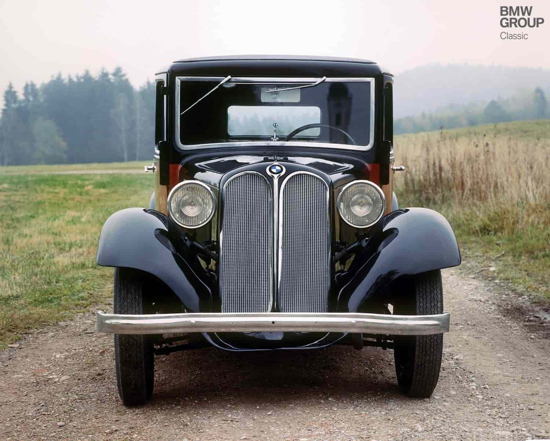 1. BMW 303 – 1933.El modelo BMW 303 es un hito histórico para BMW por distintos motivos: fue el primer modelo con un motor de seis cilindros. Además, este diseño inició con la característica parrilla doble con forma de riñón que después de casi 90 años sigue siendo una insignia de la marca.