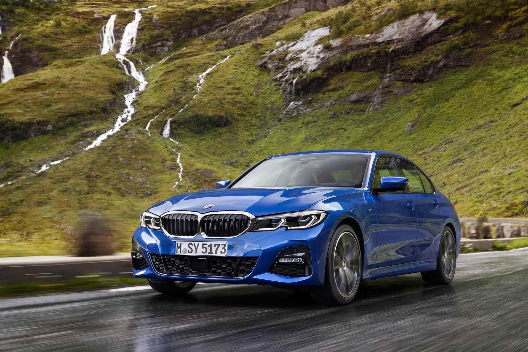 """10. BMW Serie 3 Sedán (G20) – 2018.En la foto: El BMW 3 Series Sedan, Model M Sport, azul metálico.Con un diseño moderno, las parrillas del BMW Serie 3 Sedán fueron colocadas por encima del borde superior de los faros, formando una esquina sutil. Para las versiones M Performance, las clásicas láminas verticales de la parrilla del radiador se sustituyeron por una estructura reticular con los llamados """"nuggets"""", destacando la parte frontal de los vehículos, con pequeños elementos en forma de cuña entrelazados."""
