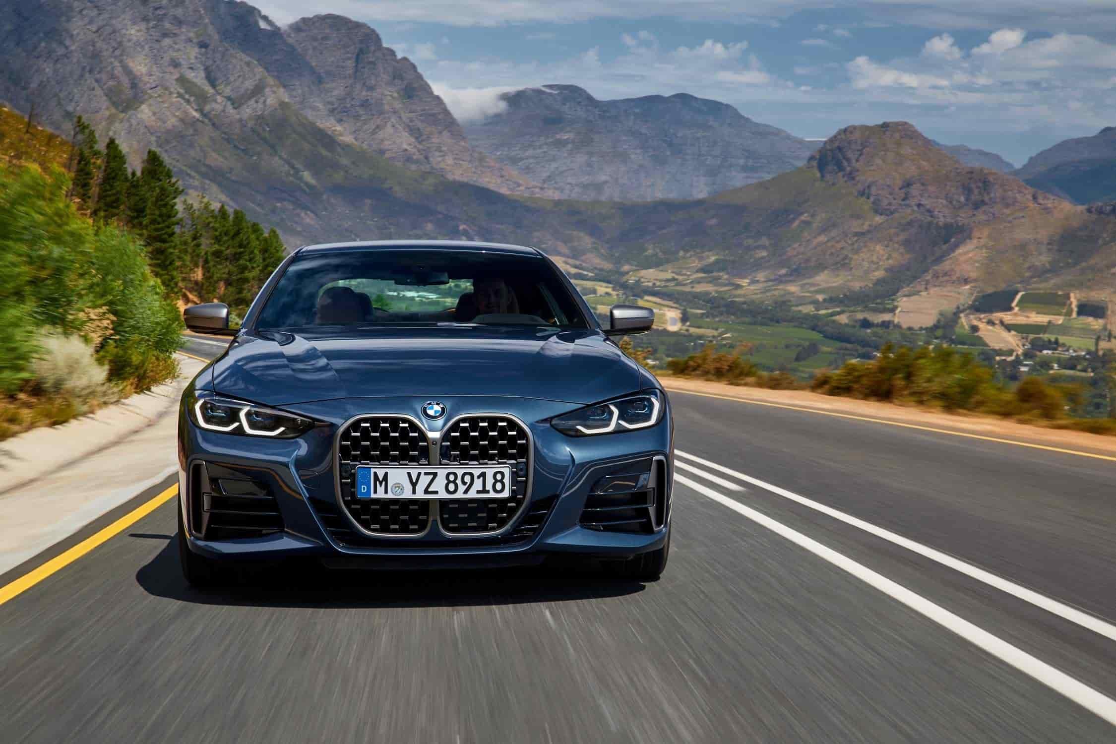 12. BMW Serie 4 Coupé - 2020.Lanzado mundialmente de manera digital, el BMW Serie 4 Coupé lanzado en 2020, incorpora una parrilla doble con una apariencia de independencia una de la otra. Cuenta con un gran tamaño y ha sido colocada de manera vertical con una ligera inclinación hacia el frente. Una mirada retrospectiva a la historia de BMW y la evolución de la parrilla muestra hasta cómo el nuevo BMW Serie 4 Coupé sigue la legendaria tradición de los vehículos deportivos del fabricante bávaro. Clásicos sobresalientes como el BMW 328 Coupé de la década de 1930 y el BMW 3.0 CS de la década de 1970 forman parte de la fascinante historia de los coupés de BMW, una historia caracterizada por el prestigio, el placer de conducir y el éxito en la pista que ahora se enriquece con la incorporación de otro capítulo. El BMW Serie 4 Coupé, uno de los más recientes de la marca, conserva la tradición de los legendarios deportivos BMW y ha sido considerado como una interpretación vanguardista y a la vez continuista del ADN de la marca.