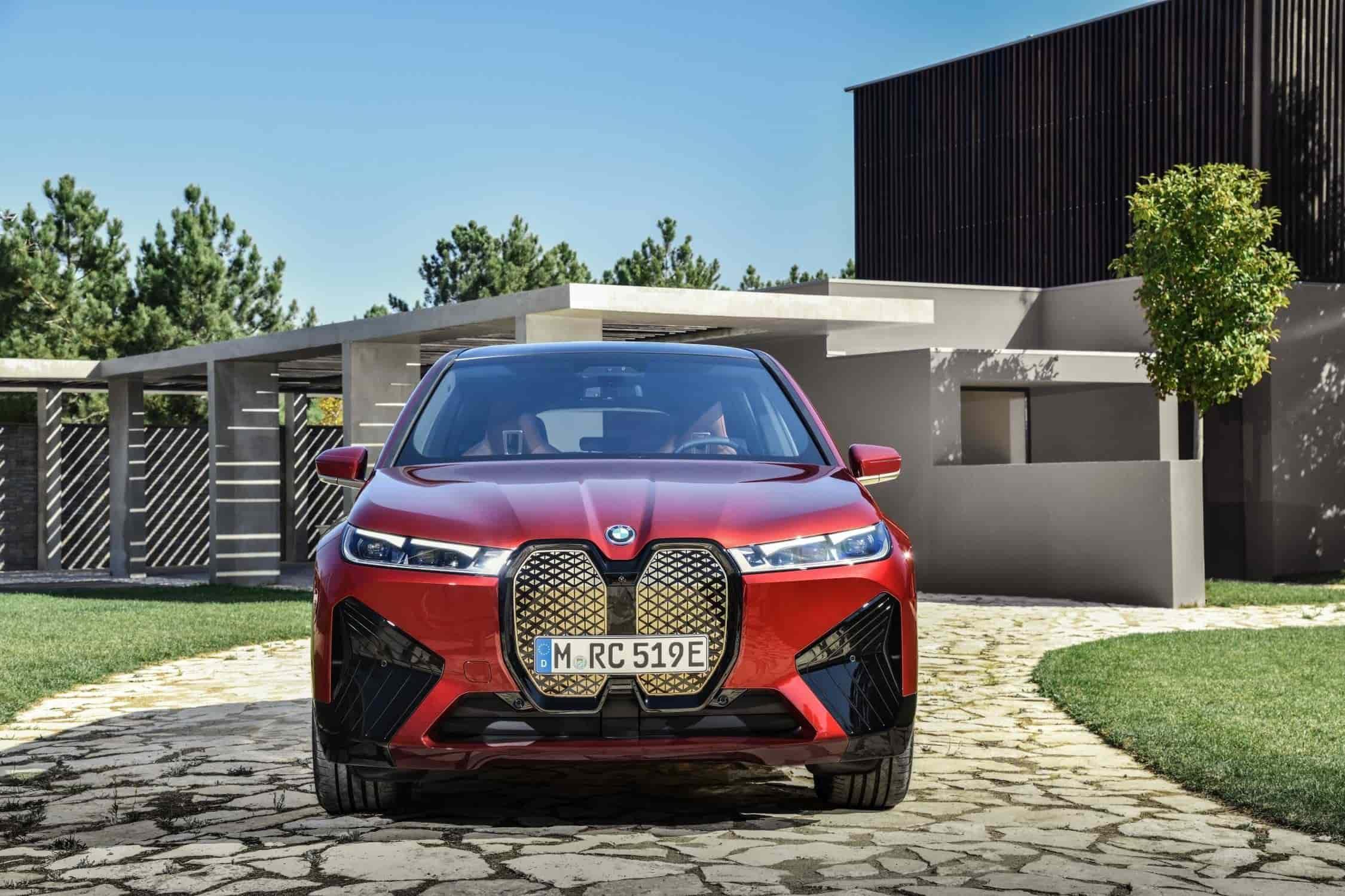 13. BMW iX - 2021.En el totalmente eléctrico BMW iX, la parrilla doble en forma de riñón toma la forma de un desarrollo adicional de la parrilla del BMW i3, con una ruptura única y sorprendente de la barra central habitual. La parrilla para el BMW iX fue desarrollada en el Centro de Tecnología y Construcción Ligera de Landshut (LuTZ) de BMW Group y será símbolo de la transformación de la industria: para el BMW iX, la parrilla que caracteriza a la marca se convertirá en un componente no solo estético, sino tecnológico multifuncional e innovador. Detrás de la superficie cerrada de la parrilla, las cámaras, los sensores y otras tecnologías para la conducción asistida y automatizada están trabajando arduamente. Internamente, esta solución se conoce como shy-tech: alta tecnología que funciona en secreto.