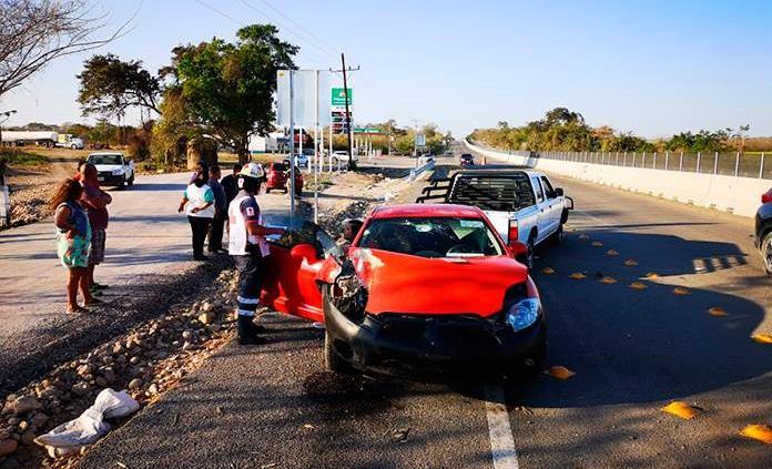 Vehículo se estrella contra una camioneta frente a la gasolinera de El Pujal