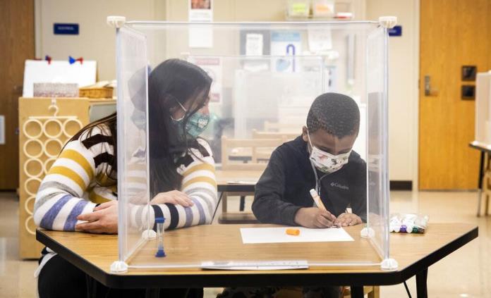 Maestros, fuente de contagios de COVID en escuelas: Estudio