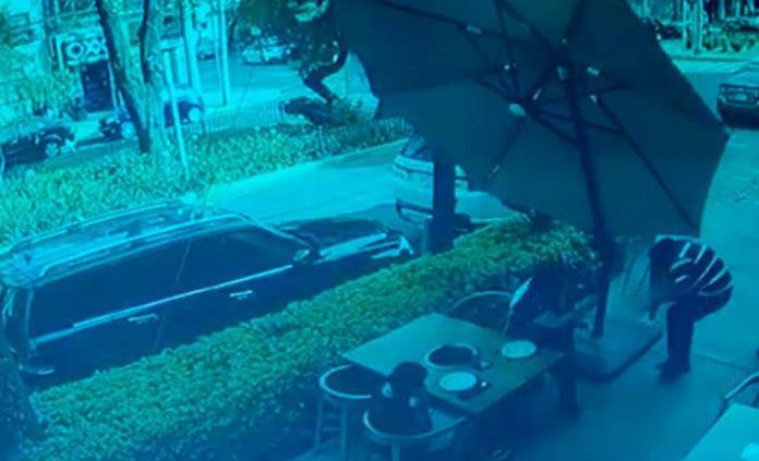 Asaltan restaurante y víctima les responde a balazos en la CDMX