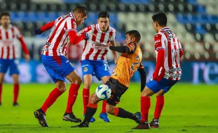 Gudiño ataja penal y salva a Guadalajara