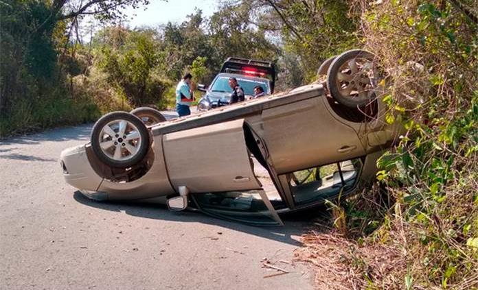Vuelca un vehículo sobre la carretera San Jerónimo-Tambaca