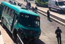 Usuarios de camión resultan golpeados en accidente vial