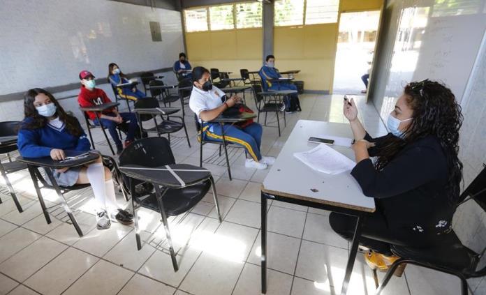 Estudiantes vuelven a las aulas de Jalisco tras un año de clase virtual