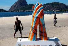 Enormes esculturas de manos unidas festejan contactos tras pandemia en Río de Janeiro