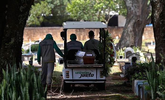 Una persona muere cada 50 segundos por covid-19 en Brasil