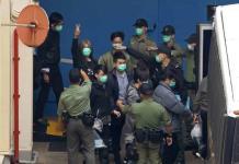 Niegan fianza a 32 activistas por la democracia en Hong Kong