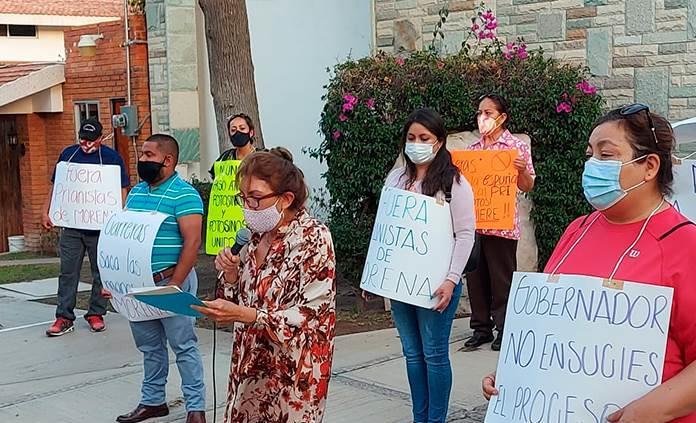 Protesta Francisca Reséndiz afuera de la Casa de los Gobernadores