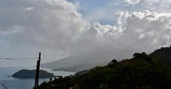 El Gobierno de San Vicente pide paciencia a población que espera ser evacuada por erupción de volcán
