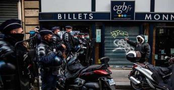 Multan a más de 100 clientes de un restaurante en París y detienen a los encargados