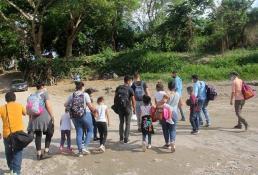 Cientos de migrantes cruzan por el territorio zapatista