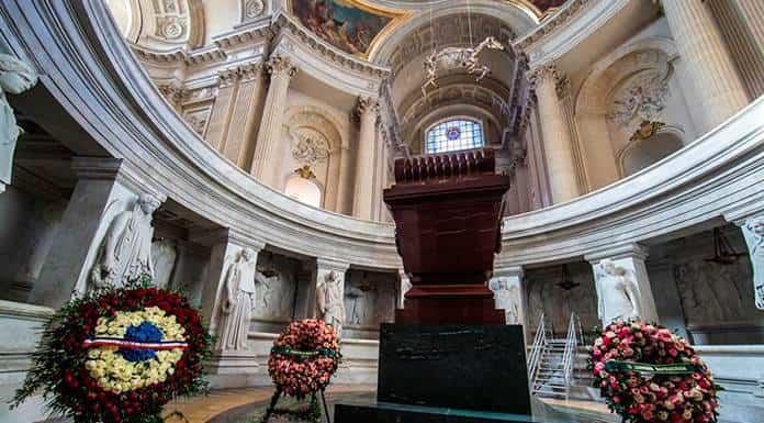 El polémico esqueleto de un caballo cuelga ya sobre la tumba de Napoleón'>