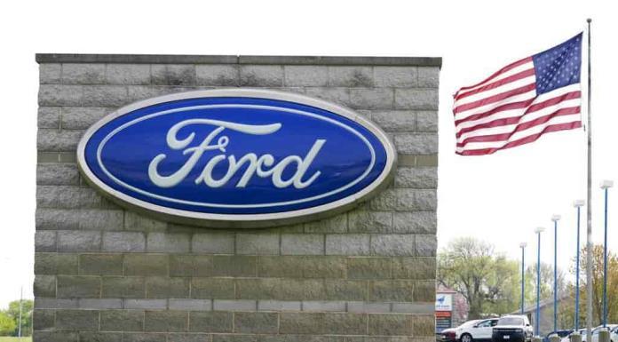 Ford inicia actualización de software de autos por internet'>