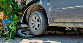 Joven motociclista casi muere aplastado por vehículo