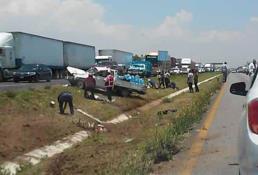 Vuelca camioneta en carretera a México