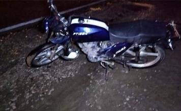 Muere hombre al caer de su moto