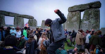 Miles celebran solsticio en Stonehenge